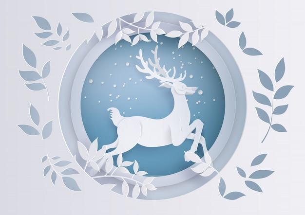 Cerf en forêt avec neige en hiver et noël.