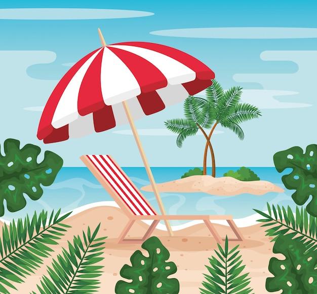 Chaise de bronzage avec parasol et feuilles de plantes sur la plage
