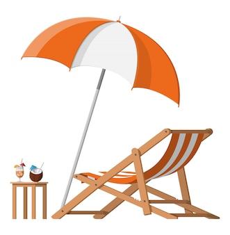 Chaise longue en bois, parapluie, cocktail