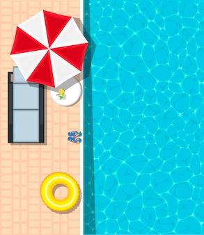 Chaise longue de plage près de la piscine bleue rafraîchissante
