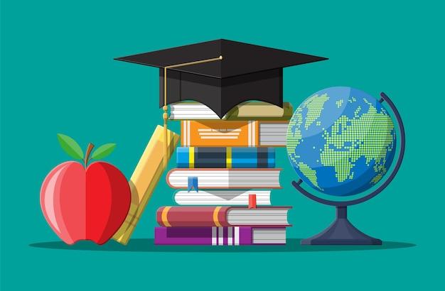 Chapeau de graduation sur coincé de livres