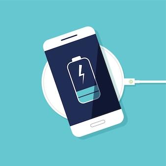 Chargement sans fil de la batterie du smartphone. vue de dessus. progression de la charge de la batterie du téléphone