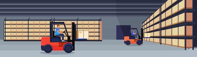Chariot élévateur chargeur entrepôt de travail boîte de colis intérieur sur rack logistique livraison concept de service de fret