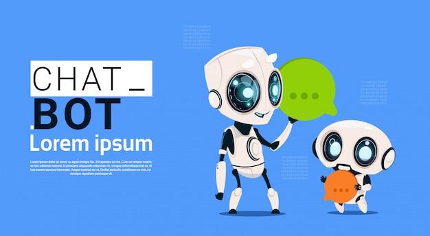 Chat bot robots tenant une bannière de bulles de parole avec un service d'assistance pour l'espace de copie, chatter ou chatterbot