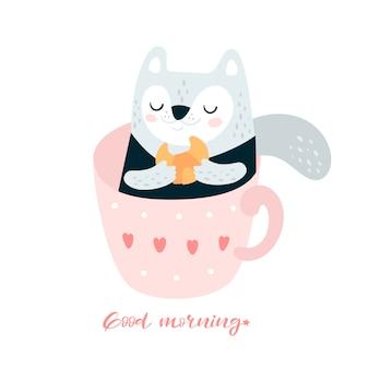 Chat mignon avec un croissant dans une tasse de café