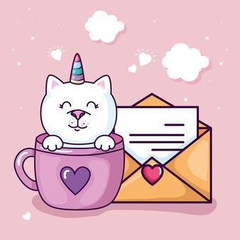 Chat mignon licorne fantaisie dans une tasse avec enveloppe