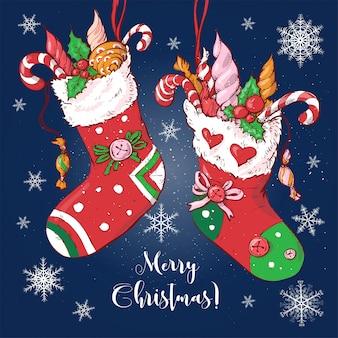 Chaussettes de dessin animé de noël avec des cadeaux et des bonbons.