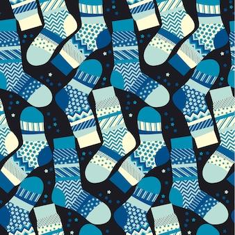 Chaussettes rayées bleu noël enveloppant le papier dans un style patchwork.