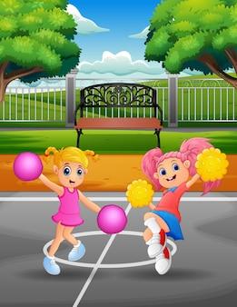 Cheerleaders drôles danser sur le court