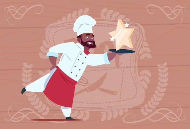 Chef américain afro-américain cuisinier chef étoilé souriant restaurant restaurant dans l'uniforme blanc sur fond texturé en bois