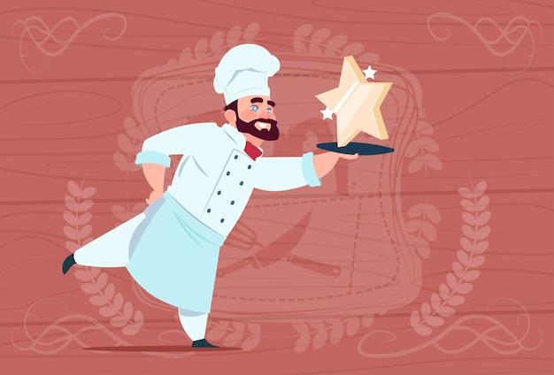 Chef cuisinier tenir star award souriant chef de restaurant de bande dessinée en uniforme blanc sur fond texturé en bois