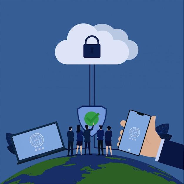 Chef d'entreprise appuyez sur le bouclier avec une coche et ordinateur portable de téléphone connecté au nuage avec cadenas.