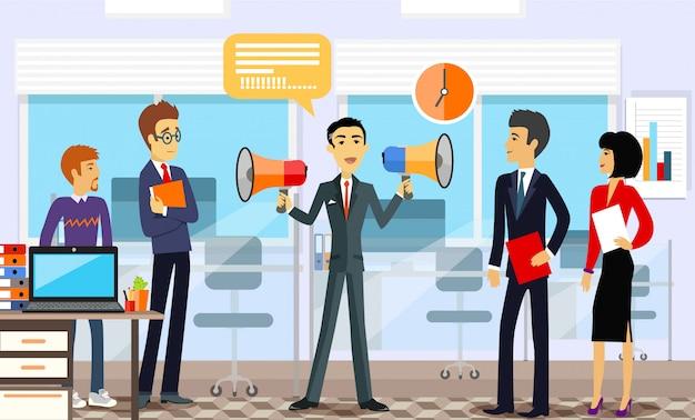 Chef d'entreprise avec les employés