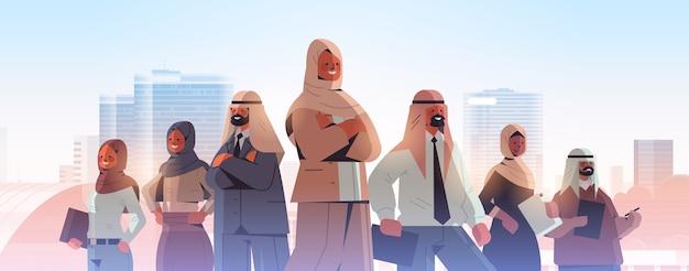 Chef d'équipe de femme d'affaires arabe debout devant des gens d'affaires arabes concept de leadership illustration de fond de paysage urbain