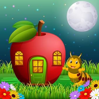 Chenille drôle et une maison de pomme en forêt
