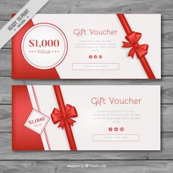 Chèques-cadeaux avec des rubans rouges