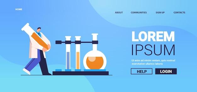 Chercheur travaillant avec un homme de tube à essai faisant une expérience chimique en laboratoire d'ingénierie moléculaire
