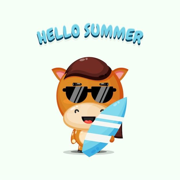 Cheval mignon transportant une planche de surf avec des salutations d'été