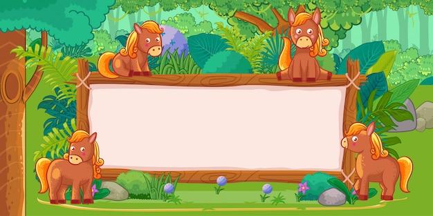 Chevaux avec une enseigne vierge en bois dans la jungle