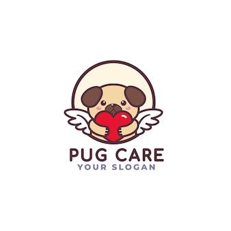 Chien mignon carlin étreignant le logo de soins de coeur