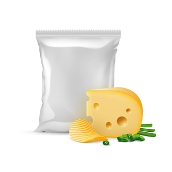 Chips croustillants d'ondulation de pommes de terre avec fromage oignon et sac en plastique vide scellé vertical pour la conception de l'emballage close up isolé sur fond blanc