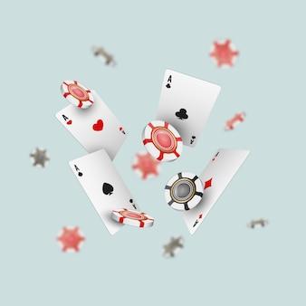 Chute des cartes as et des jetons de casino avec des éléments flous sur la lumière.