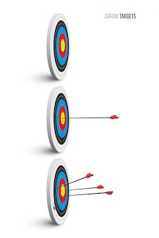 Cible de tir à l'arc sertie de flèches rouges isolées.