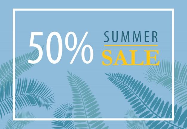 Cinquante pour cent de conception de bannière de vente d'été. silhouettes de feuilles tropicales sur fond bleu.