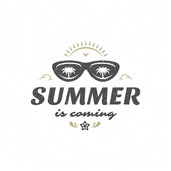 La citation ou le dicton d'été peut être utilisé pour un t-shirt, une tasse, une carte de voeux, des superpositions de photos, des impressions de décor et des affiches. l'été arrive message, illustration vectorielle.