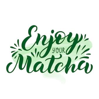 Citation de thé vert matcha sur fond de coup de pinceau vert. profitez de votre matcha - phrase de lettrage dessinée à la main pour le logo, l'étiquette et l'emballage du thé. illustration vectorielle de boisson traditionnelle japonaise et asiatique.