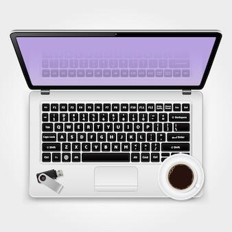 Clé usb et tasse de café debout sur l'ordinateur portable