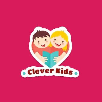 Clever kids abstract sign, emblème ou modèle de logo. illustration de livre de lecture garçon et fille avec des textures. symbole de forme de coeur, autocollant ou insigne. concept d'apprentissage ou d'éducation.