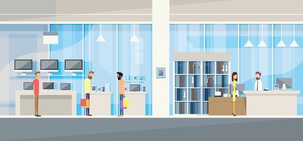 Clients avec assistant dans un magasin d'électronique moderne