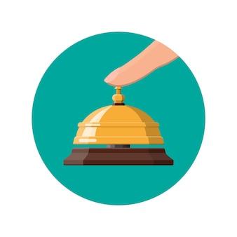 Cloche et main de service dorées. concept d'aide, d'alarme et de support. hôtel, hôpital, réception, hall et concierge.