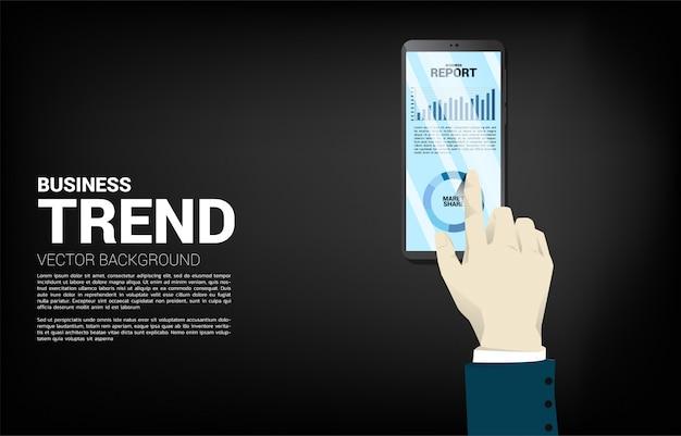Close up homme d'affaires main touch graphique de rapport d'affaires dans le téléphone mobile. concept de rapport d'activité et de croissance des activités numériques