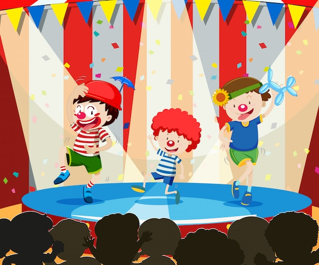 Clown d'arbre sur scène