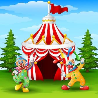 Clown Joyeux Dessin Animé Sur Le Fond De La Tente De Cirque Vecteur Premium
