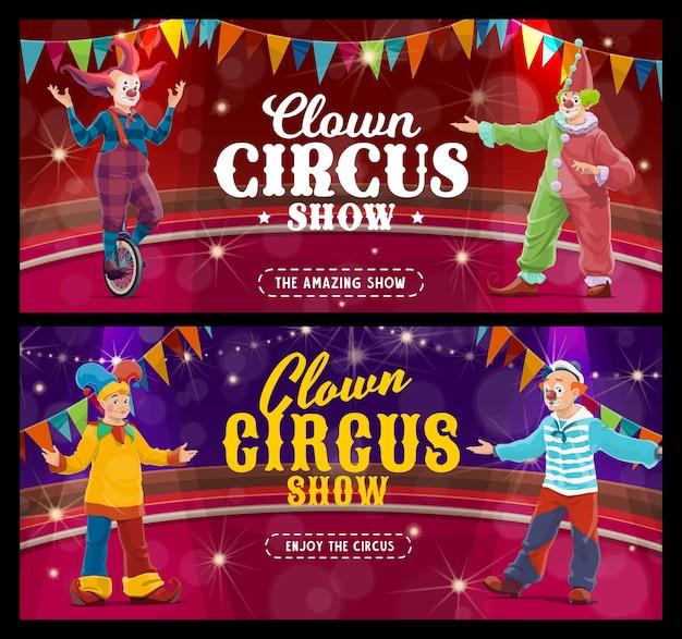 Clowns et bouffons de dessins animés de cirque shapito, artistes vectoriels ou interprètes sur chapiteau. bannières d'inauguration du spectacle de carnaval. des funsters en costumes lumineux se produisent sur scène avec des coulisses et des guirlandes