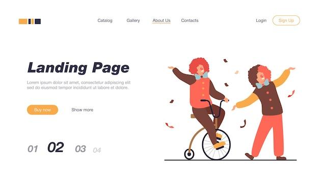 Clowns heureux debout sur le modèle de page de destination de l'arène de cirque