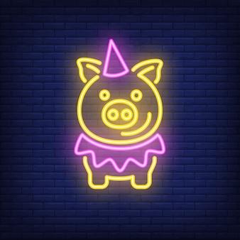Cochon de dessin animé festive dans le chapeau d'anniversaire. élément de signe au néon. publicité lumineuse de nuit.