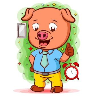 Cochon orange debout avec la bonne chemise près de l'horloge
