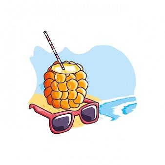 Cocktail d'ananas à la plage avec des lunettes de soleil