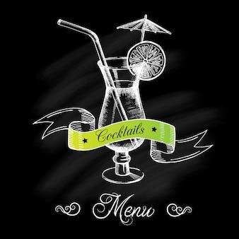 Cocktail au citron vert, paille, parapluie et ruban sur un tableau noir