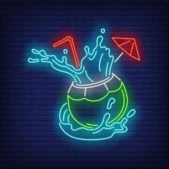 Cocktail de noix de coco avec paille et éclaboussures enseigne au néon