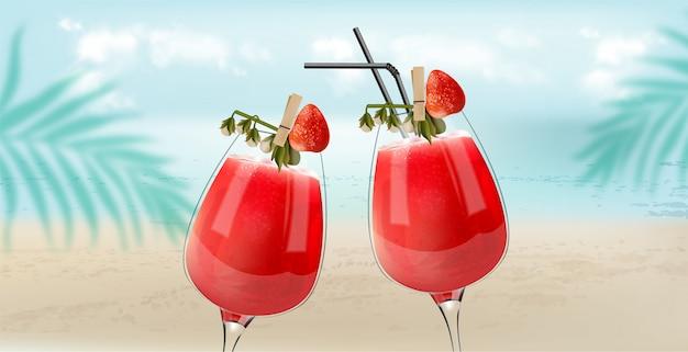 Cocktails aux fraises tintant avec des feuilles de plage, de mer et de palmier sur fond. ambiance brise
