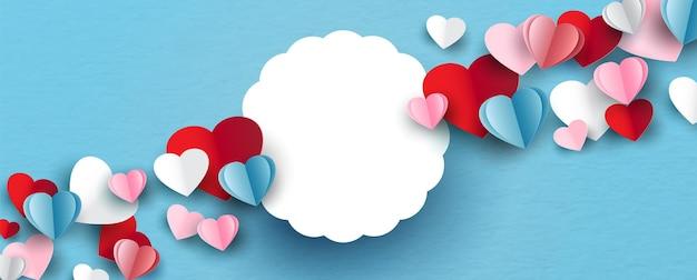 Coeurs colorés avec bannière blanche et espace pour les textes en papier découpé style sur fond de papier bleu.