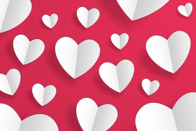Coeurs d'origami en papier artisanal isolés sur rouge.