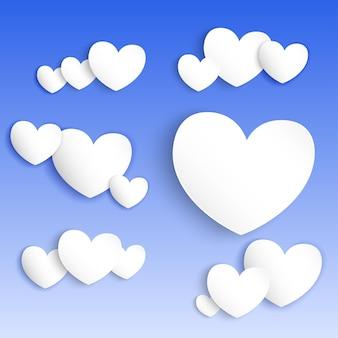 Coeurs de papier blanc sur fond bleu avec des ombres douces