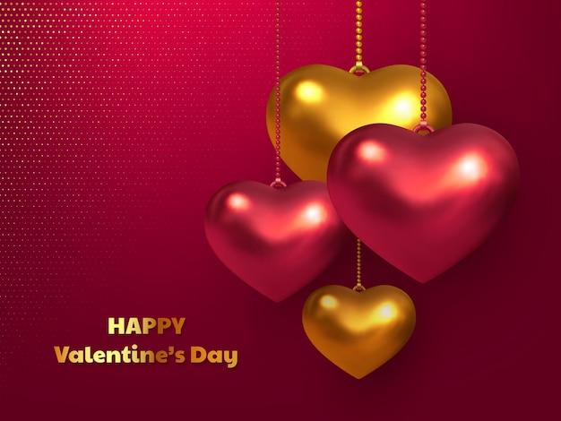 Coeurs rouges et dorés métalliques suspendus sur fond rouge tacheté.