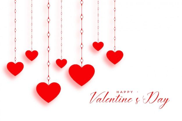 Coeurs rouges suspendus le jour de la saint-valentin blanche